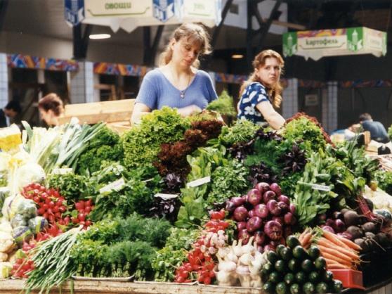 Marktfrauen in Sankt Petersburg. Zumindest in den Städten verbesserte sich die Versorgungslage zu Beginn des neuen Jahrtausends schnell. (Foto: Krökel)