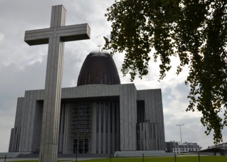 """Im Zeichen des Kreuzes: Der """"Tempel der göttlichen Vorsehung"""", Polens neue Nationalkirche in Warschau, wächst zusehends in den Himmel."""