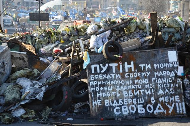 """Nach der Revolution: Barrikaden auf dem Maidan mit einer Kampfansage an Russlands Präsidenten Wladimir Putin. """"Unsere Freiheit wirst du uns nie nehmen!"""" (Foto: Krökel)"""
