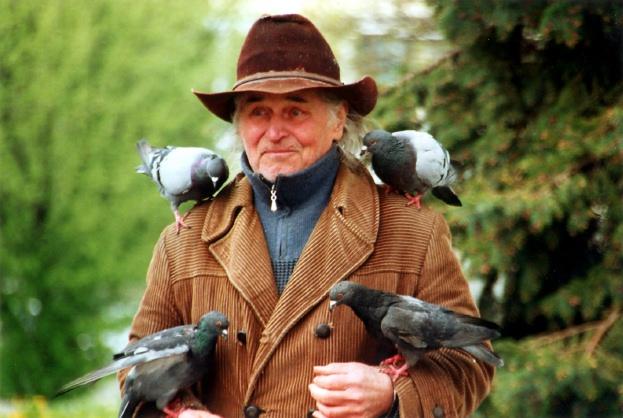 Lieber die Taube in der Hand... Mann in Kiew/2008. (Foto: Krökel)