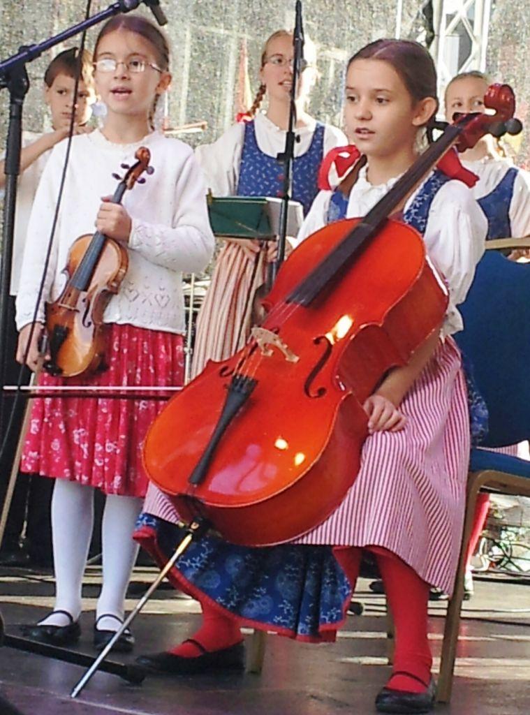"""Die Hoffnung stirbt zuletzt: Jugend musiziert auf dem Wenzelsplatz in Prag."""""""
