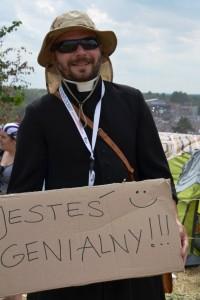 """Du bist genial"", steht auf der Pappe dieses Woodstockers im Ornat. (Foto: Krökel)"