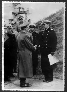 Adolf Hitler (Mitte) beim Truppenbesuch in Danzig Anfang September 1939. (Foto: privat)