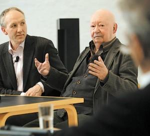 """""""Illusionär"""" nennt Günter Kunert (Mitte) die Ostpolitik der SPD. Der ehemalige SPD-Chef Björn Engholm (re.) hatte die kritischen Fragen von Moderator Ulrich Krökel (li.) zuvor brüsk zurückgewiesen. (Foto: Dewanger)"""