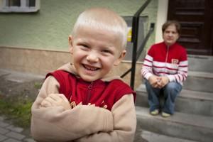 Kleine Verhältnisse, große Freude in Polen: Dominik und seine Mutter Elzbieta. (Foto: Gdesz)