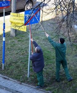 """Frühjahrsputz in Warschau. Zwischen den Straßenschildern hängt ein Plakat """"Wohnung zu verkaufen"""". (Foto: Krökel"""