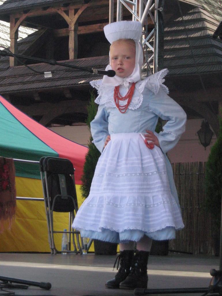 Kleine Großpolin: Nachwuchssängerin bei einem Folk-Festival in der Wojewodschaft Wielkopolskie. (Fotos: Baliszewska)
