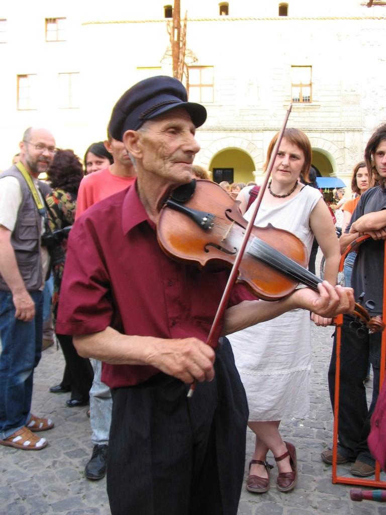 Mit der Geige auf dem Marktplatz: Jan Gaca  in Aktion. (Fotos: Baliszewska)