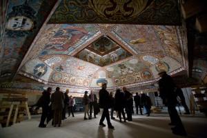 Reich geschmückt: Diese historische Decke einer Synagoge wir Teil der Dauerausstellung. (Foto: Jüdisches Museum)