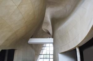 Brückenschlag über den Schlund der Geschichte: Blick in die Empangshalle des Jüdischen Museums in Warschau. (Foto: Jüdisches Museum)