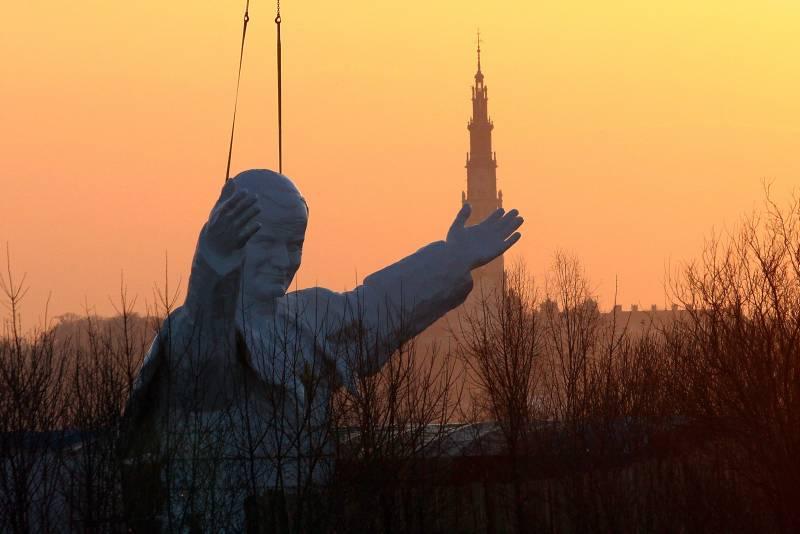 Papst-Statue im Wallfahrtsort Tschenstochau.