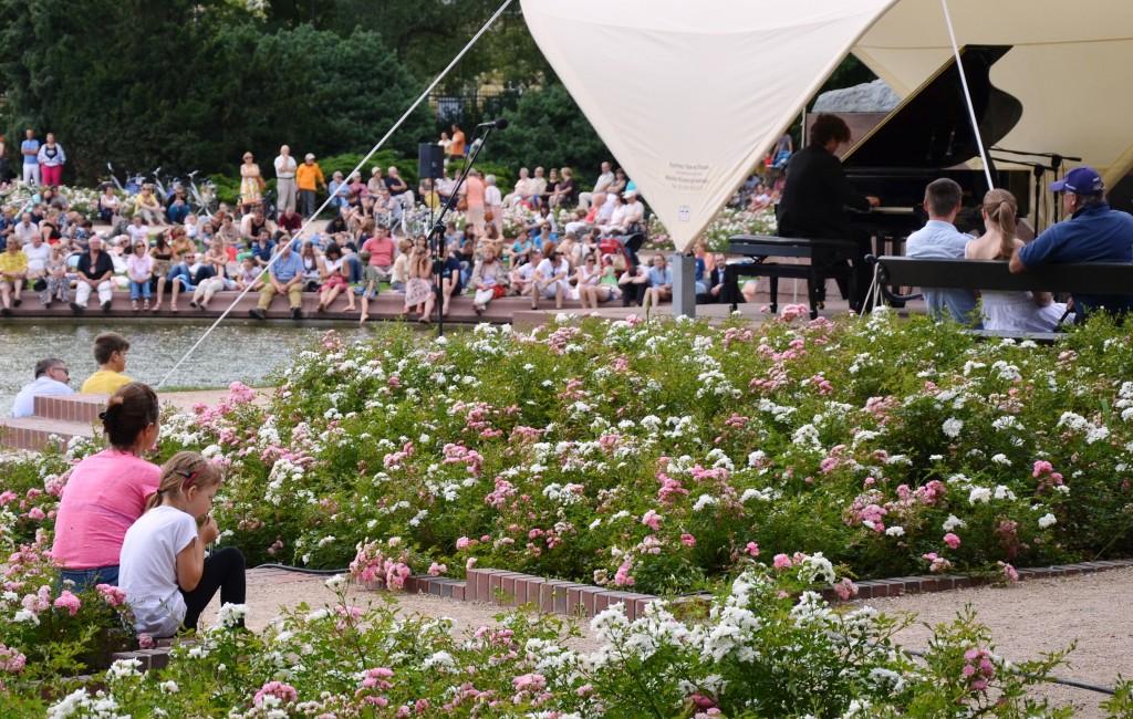 Kultur kostenfrei, an jedem Sommer-Sonntag: Chopin-Konzert in Warschaus Königlichem Bäderpark. (Foto: Krökel)