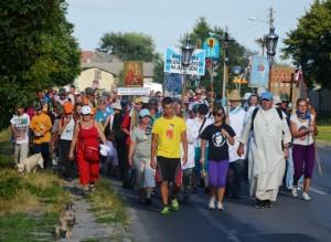 """Kurz vor dem Zwischenziel im Dorf """"Heilige Anna"""": Warschauer Pilger auf dem Weg nach Tschenstochau. (Foto: Krökel)"""