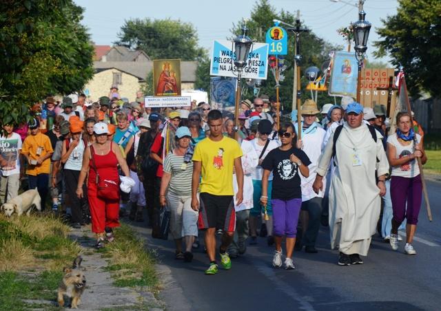 Pilger ziehen in das Dorf Sankt Anna ein, 30 Kilometer östlich von Tschenstochau. (Fotos: Krökel)