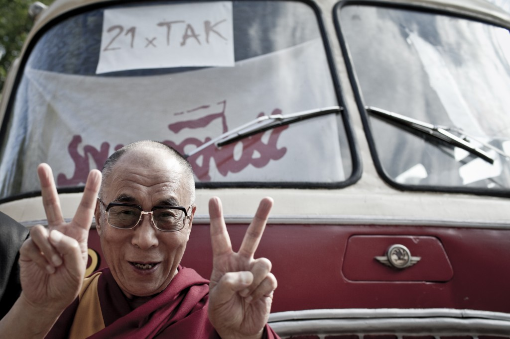 Der Dalai Lama zeigt vor einem historischen Bus der polnischen Gewerkschaft Solidarnosc das Siegeszeichen. (Foto: Bartek Sadowski)