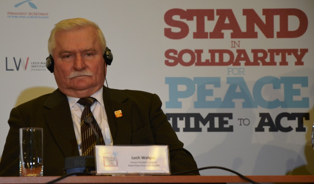 Lech Walesa bei einer Pressekonferenz. Im Hintergrund das Gipfe-Motto. (Foto: Krökel)
