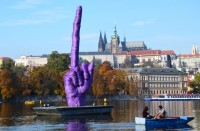 Kunstaktion auf der Moldau in Prag: Zeigen die Osteuropäer dem Westen bald den Stingefinger? (Foto: Krökel)