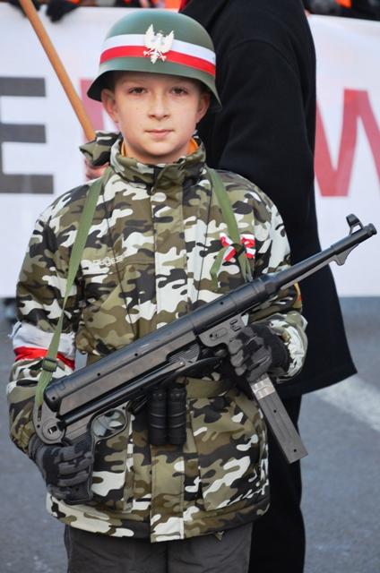 Ein Kind als menschliches Schutzschild beim Neonazi-Aufmarsch am polnischen Unabhängigkeitstag. (Foto: Krökel