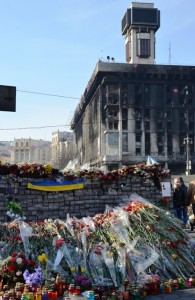 Nach der Schlacht: Rußgeschwärztes Gemäuer und Tausende Blumen erinnern auf dem Maidan an die Opfer der Revoltuion. (Foto: Krökel)
