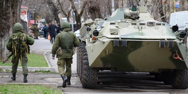"""""""Wahlkampf"""" auf der Krim: Russische Soldaten patrouillieren in Simferopol."""