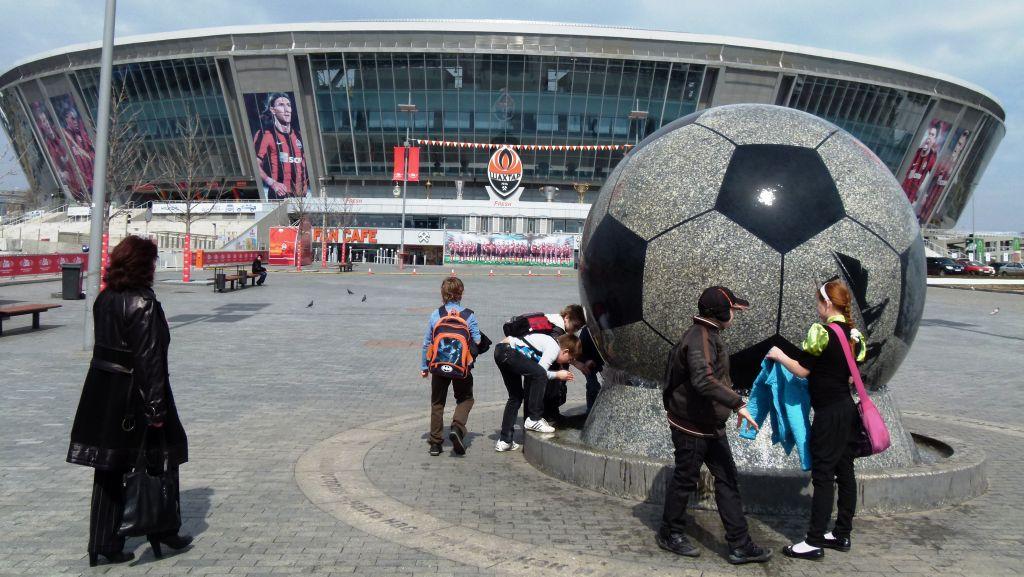Spielende Kinder am Fußball-Brunnen vor der Donbass-Arena in Donezk. (Foto: Krökel)