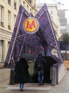 Gewöhnungsbedürftig: Eingang zur neuen Metrolinie M2.