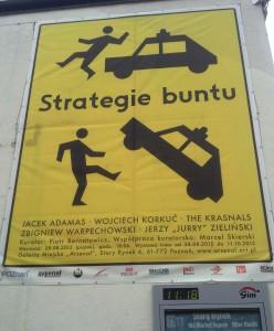 """Wechselstimmung vor der Sejm-Wahl in Polen: """"Die Strategie des Aufstands"""" steht auf diesem Künstlerplakat auf dem Posener Altmarkt. (Fotos: Krökel)"""