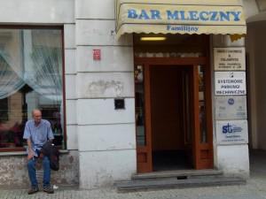 Ein Mann sitzt in Warschau neben einer Milchbar, wie in Polen die tradionsreichen Suppenküchen heißen. (Fotos: Krökel)