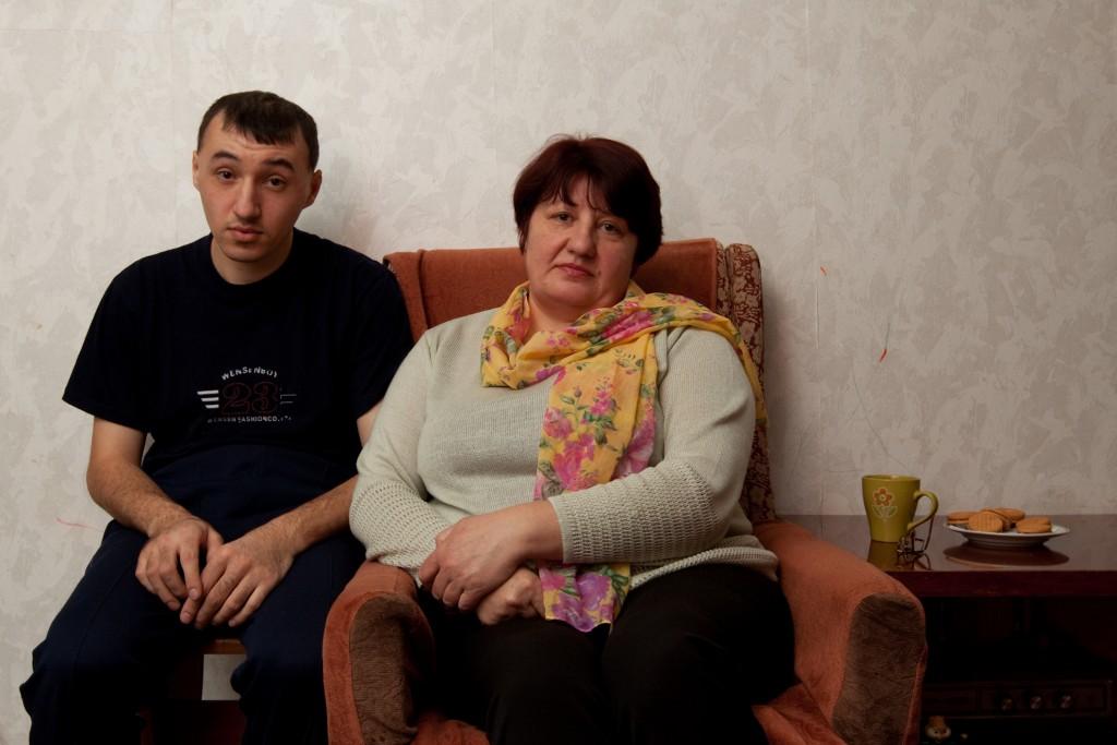 """Schanna Filonenko und ihr Sohn Pawel lebten 1986 im weißrussischen Narowlja, 60 Kilometer von Tschernobyl entfernt. Ihre Geschichte geht so: """"Erst viel später habe ich erfahren, dass über dem Ort ein Plutoniumregen niederging. Kein Wort haben sie uns gesagt. Am 1. Mai nahmen alle ihre Kinder mit zur Parade. Sie standen mitten im radioaktiven Staub. Ich kann es bis heute nicht mit ansehen, wenn Kinder im Sand spielen. Am 4. Mai floh meine Mutter mit meinen beiden Jungs nach Minsk, aber es war zu spät. Mein älterer Sohn Pawel war zu stark verstrahlt. Er ist seitdem geistig behindert."""" (Foto: Maximilian Rosenberger)"""