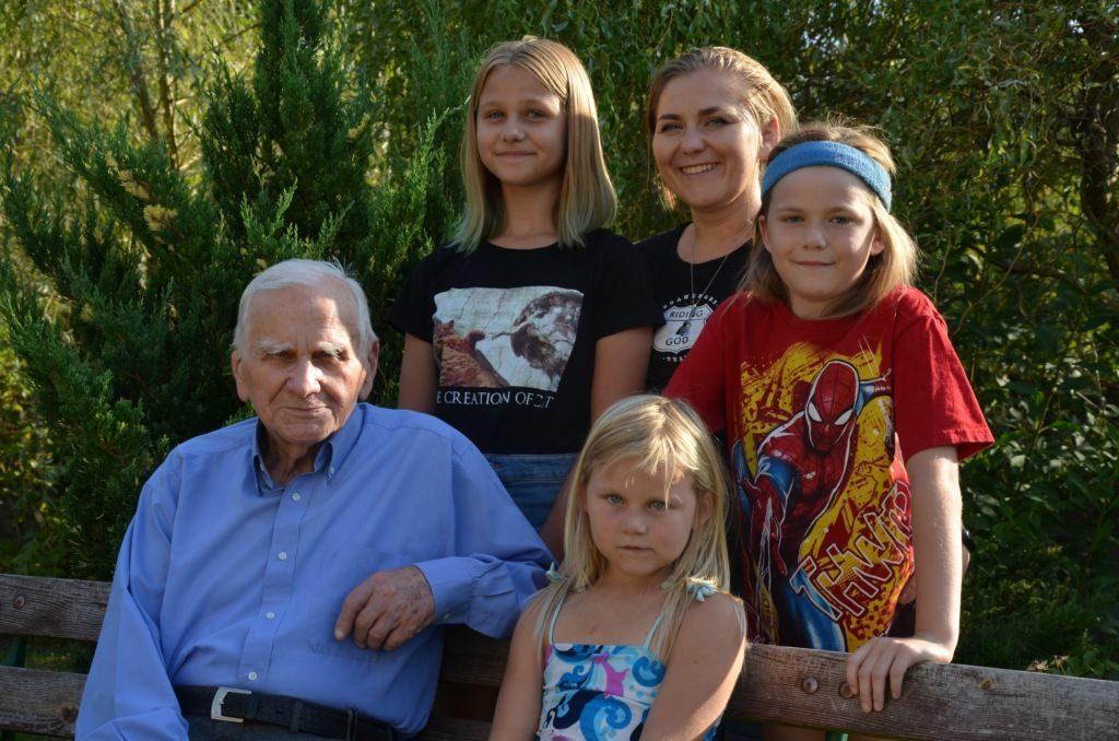 Włodzimierz Cieszkowski im Kreis seiner Familie (hinten v. l. Enkeltochter Kamilla, Tochter Julia und Enkel Mikolay, vorn Nelle, die Jüngste; Foto: Krökel).