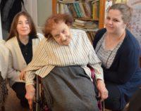 Pani Anna Szałaśna zwischen Ruth Dahlhoff (links) und Juliane Smykalla. Foto: Krłkel