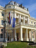 Vor dem Nationaltheater in Bratislava weht eine EU-Flagge.